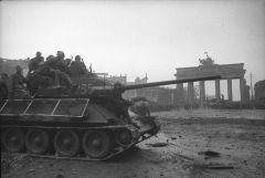 Танк на Бранденбургской площади ...