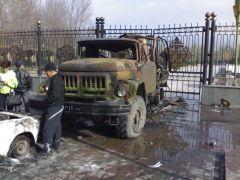 037. Сгоревший грузовик у дома правительства.