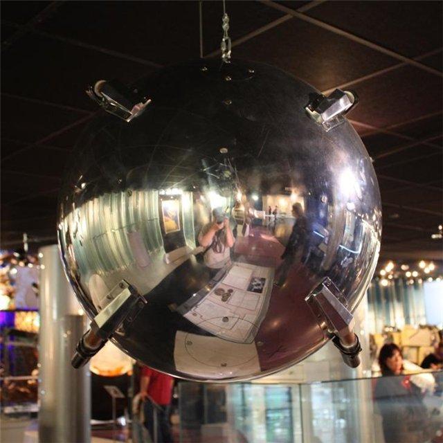 004. Первый искусственный спутник Земли