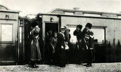 Императрица Александра Федоровна, царевич Алексей, Николай II выходят из вагона по прибытии в военную ставку