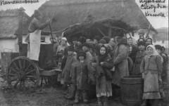 Солдаты подкармливают детей. 1915 г.