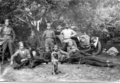 Воины 15-го пулеметного отряда с талисманом части - боевым барбосом в каске. 1915 г.
