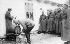Раздача красного вина в первый день Рождества. 1915 г. Сергей Корсаков