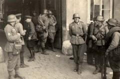Львов, Украина, сентябрь 1939. Встреча немецких и советских военнослужащих.