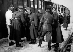 Рукопожатия польских и венгерских офицеров у поезда в окупированной Чехословакии.