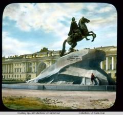 Памятник Петру I (Медный Всадник) на Сенатской площади, на втором плане – здание Сената и Синода
