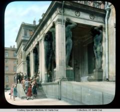 Эрмитаж. Здание Нового Эрмитажа посетители музея у портика с атлантами