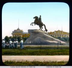 Памятник Петру I (Медный Всадник) на Сенатской площади, на втором плане – здание Адмиралтейства
