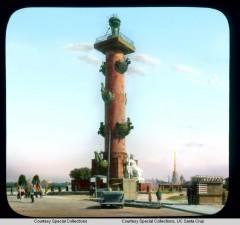 Ростральная колонна на Васильевском острове (две Ростральные колонны были возведены архитектором Тома де Томоном около 1811 года)