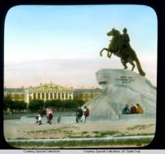 Памятник Петру I (Медный Всадник) на Сенатской площади, на втором плане – здание Адмиралтейства (конная статуя была создана скульптором Фальконе в 1782 году)
