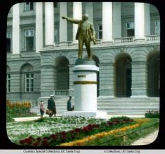 Штаб коммунистической партии большевиков, бывший Смольный Институт главный фасад с памятником Ленину 1927 года