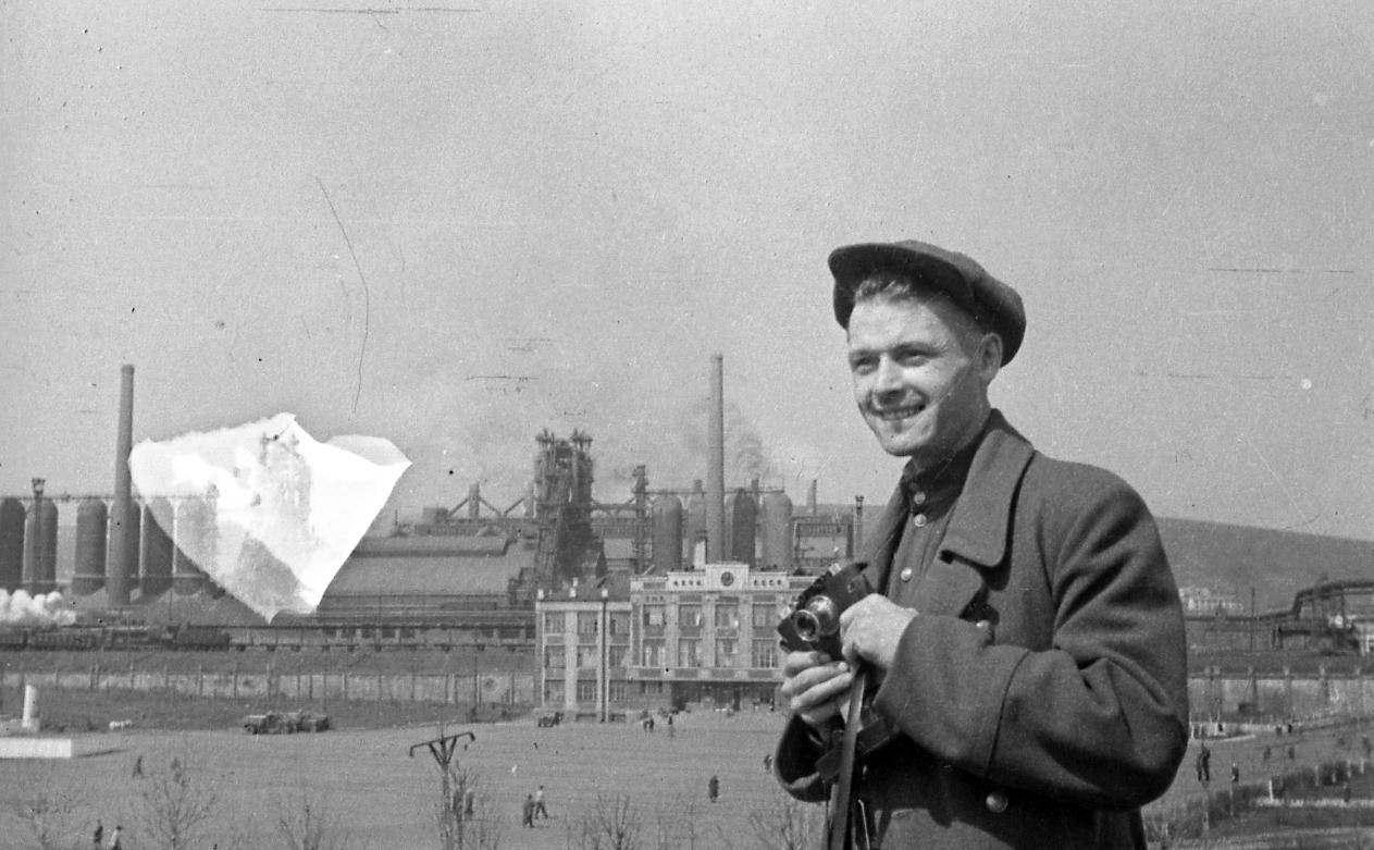 30. Булычев на фоне Кузнецкого металлургического комбината до войны. Примерно 1939 г.