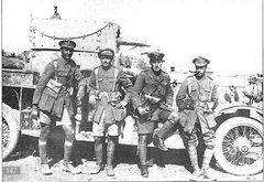Группа английских офицеров у бронеавтомобиля «Роллс-Ройс». Россия, Кавказский фронт, 1916 г.