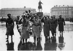 Венок от Гитлера на похоронах Пилсудского.