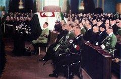 Адольф Гитлер во время траурной панихиды по Пилсудскому в Берлине, 1935 год.