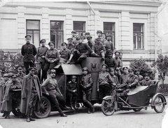 Солдаты Российской Императорской Армии на бронеавтомобиле Остин. Москва, 1916 год.