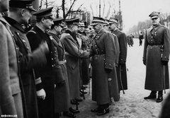 Рукопожатие польского маршала Эдварда Рыдз-Смиглы и немецкого атташе генерал-майора Богислава фон Штудница на параде Дня независимости в Варшаве 11 ноября 1938 года.