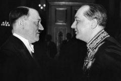 Адольф Гитлер беседует с Юзефом Липски. 1935 год.
