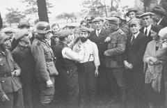 Поляк проводит санитарную обработку еврея. Томашув Мазовецки, Польша, сентябрь - октябрь 1939 г.