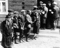 Связанные евреи, охраняемые литовской вспомогательной охраной, 1941 г.
