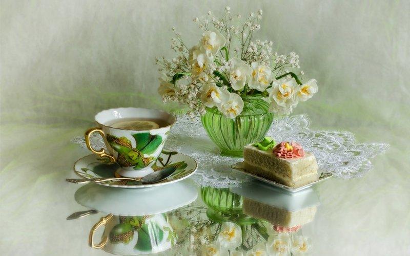 Белые цветы в зеленой вазе, чай, пирожное.jpg