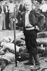 Молодой литовец над телами убитых им евреев. Каунас, 27 июня 1941 г.