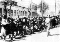 Колонна еврейских женщин и детей под конвоем литовской «самообороны».