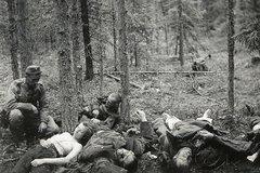 Финский палач созерцает свои жертвы. Снимок обнаружена у убитого финского солдата.