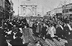 Австрийских пленных ведут по улицам Петербурга, 1914 год.