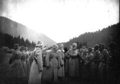 Великий князь Георгий Михайлович награждает георгиевскими крестами отличившихся в боях солдат и унтер-офицеров. Карпаты, 16 ноября 1916 г.
