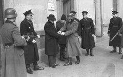 Польские полицаи со своими немецкими коллегами производят арест, Краков, 1941 г.